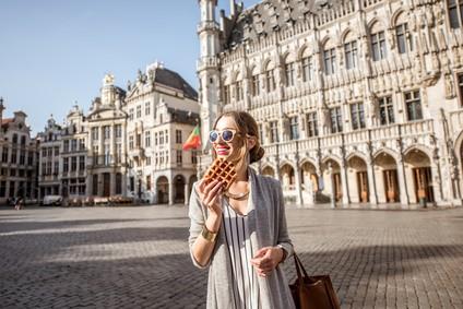 Femme mange gaufre belge à Bruxelles