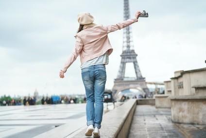 Paris touriste sur la place situé devant la Tour Eiffel